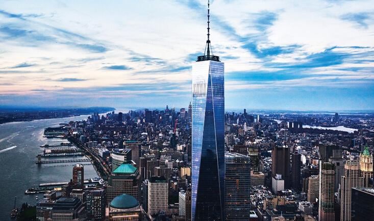 世界贸易中心位于纽约曼哈顿岛西南端,西临哈德逊河,曾为世界上最高的双塔,纽约市的标志性建筑。世界贸易中心原称为自由塔,是兴建中的美国纽约新世界贸易中心的摩天大楼,坐落于九一一袭击事件中倒塌的原世界贸易中心的旧址。高度541.3米,1776英尺,为独立宣言发布年份。地上82层(不含天线),地下4层。占地面积241540平方米。设计师为犹太籍波兰人设计家丹尼尔•李布斯金。从不同的角度欣赏这座建筑,世贸中心有时看起来像原先双子塔楼呈长方形,有些角度看起来则像个巨大的方尖碑,塔底和塔顶的斜面转了45度,